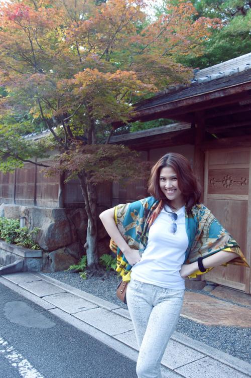 Người đẹp đến Nhật vào lúc trời đã vào thu cũng là thời kỳ cây cối thay màu lá.