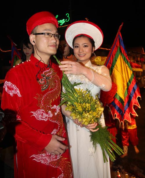 Là đạo diễn cho màn rước dâu bằng thuyền rồng nên Ngọc Linh phải đeo tai nghe để liên lạc