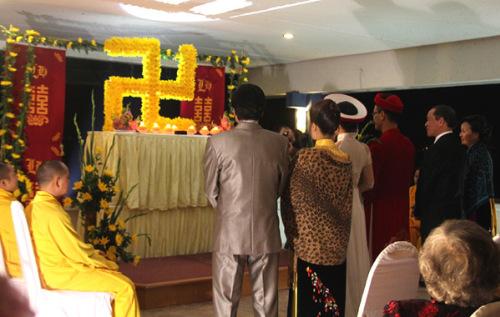 Tân lang, tân nương cùng bố mẹ làm lễ thuận hằng dưới sự chúc phúc và cầu nguyện của các vị sư.