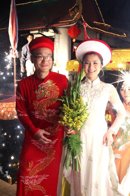 Nụ cười hạnh phúc rạng ngời trên gương mặt đôi vợ chồng trẻ.