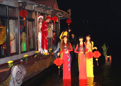 Nhiều vị khách đều ngạc nhiên khi biết hai nhân vật chính của đám cưới sẽ xuất hiện từ chiếc thuyền rồng ở Hồ Tây. Đây là ý tưởng độc đáo của chú rể Ngọc Linh.