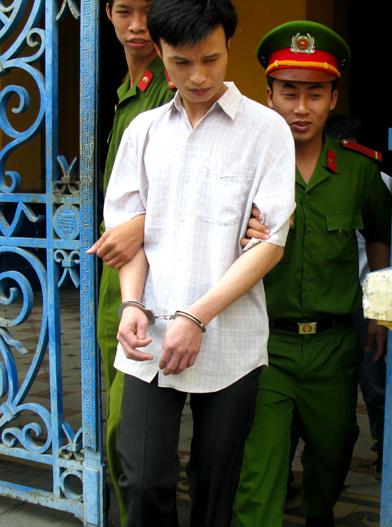 Bị cáo Tính dẫn giải sau phiên xử. Ảnh: Bình Nguyên.