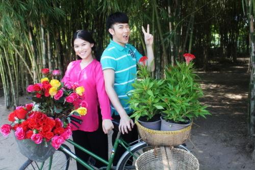 Trong MV, Dương Triệu Vũ và Tammy kết thành một cặp đôi ăn ý. Cả hai hóa thân thành những thanh niên mới lớn ở một miền quê nghèo, nhưng rất đam mê ca hát.