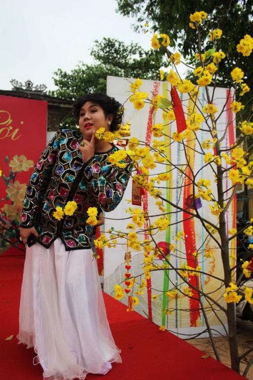 Năm 2011 được xem là năm bội thu các vai giả gái của nghệ sĩ hài Gia Bảo. Anh cho biết, bây giờ khán giả thích anh đóng các vai giả gái hơn là vai nam giới. Đáp ứng sự yêu mến của người hâm mộ, Gia Bảo sẽ thừa thắng xông lên ở lãnh địa này trong năm 2012, nhưng chắc chắn sẽ sáng tạo hơn để các vai diễn không bị trùng lặp. Dịp Tết Nguyên Đán năm nay, Gia Bảo sẽ góp mặt trong 4 vở diễn tại sân khấu Trần Cao Vân là: Nhất vợ nhì trời, Bí mật núi Hyma, Cuộc chiến sui gia và Cô dâu chạy trốn.