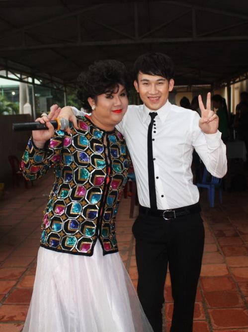 Gia Bảo và Dương Triệu Vũ khá thân thiết ở ngoài đời. Em trai Hoài Linh thường làm khán giả trong các vở kịch của Gia Bảo, còn cháu nội NSƯT Bảo Quốc lại thường chọn âm nhạc của Dương Triệu Vũ để nghe.