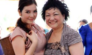 Lý Nhã Kỳ cùng 'mẹ nuôi tỷ phú' đi từ thiện