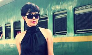 Hồng Ánh tạo dáng sành điệu trên sân ga