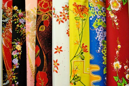 Các chợ cũng bán sẵn loại vải riêng để may áo dài, có in sẵn hoa văn với giá khoảng 800.000 đồng một áo.
