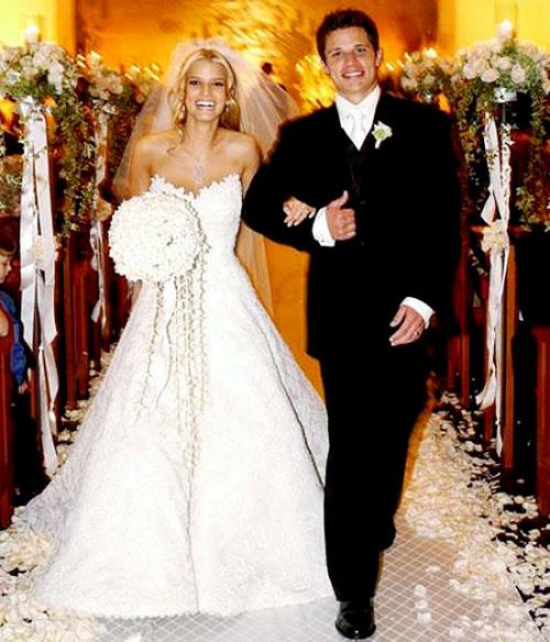 Ca sĩ Jessica Simpson mặc chiếc váy trong bộ sưu tập 'Stephanie' của Vera Wang trong ngày cưới với Nick Lachey. Váy của Jessica là kiểu váy chữ A, may chủ yếu bằng chất liệu ren với điểm nhấn là phần quây ngực hình trái tim.
