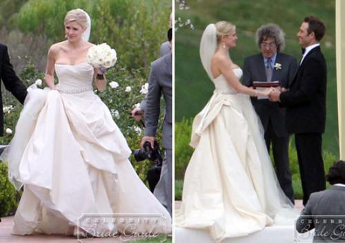 Cô dâu của Michael Vartan, Lauren Skaar chọn váy quây của Vera Wang với phần quây váy khoe vòng một quyến rũ, điểm nhấn ở eo với một vòng đính đá lấp lánh. Đuôi váy xếp nếp nhiều lớp và trải dài kết hợp cùng khăn voan dài, phù hợp với không khí trang trọng của lễ cưới tổ chức ngoài trời. Ảnh: Flynet.