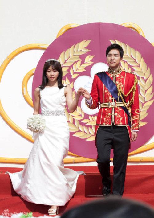 """Trong những cảnh quay mới nhất của """"The King 2hearts"""", Ha Ji Won khoác áo cô dâu và tiến vào lễ đường, thực hiện các nghi thức cưới Hoàng gia. Cảnh quay được thực hiện trong những ngày tháng 4 tại công viên Everland, Kyeonggido. Diện váy cưới thướt tha, Ha Ji Won tay trong tay chú rể Lee Seung Gi"""