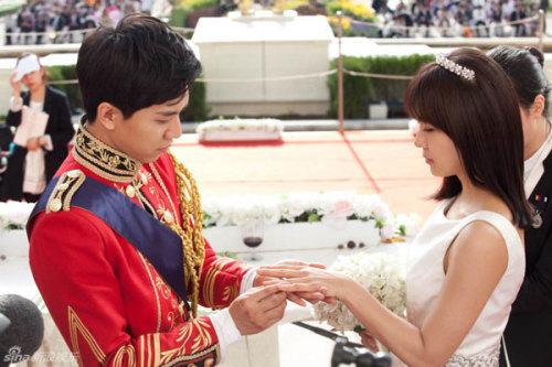"""Ha Ji Won và Lee Seung Gi tiến hành những cảnh quay nghi thức cưới. Đây được coi là kết thúc có hậu của """"The King 2hearts"""" sau hàng loạt sóng gió..."""