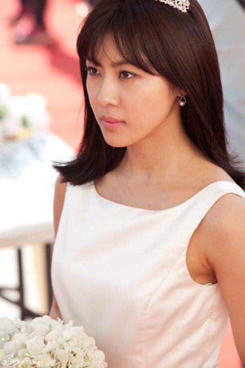 Cô dâu Ha Ji Won diện chiếc váy cưới giản dị, thanh lịch