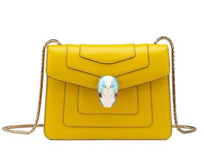 Túi Serpenti màu vàng với chất liệu da bê.