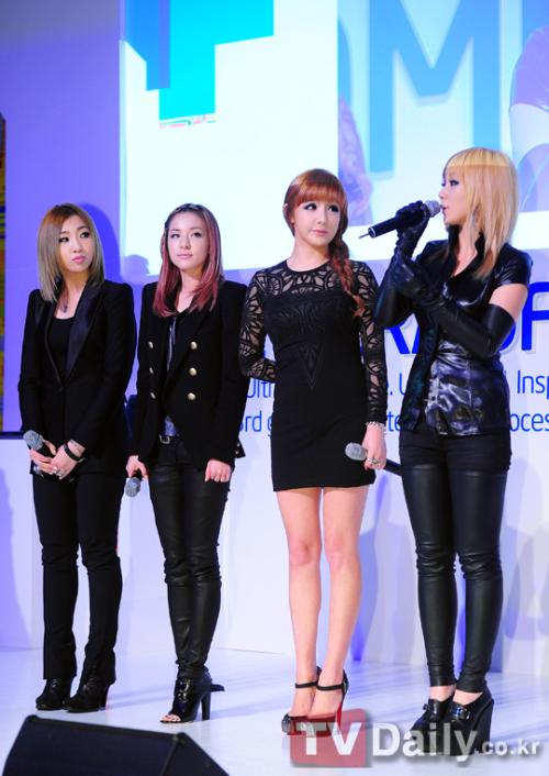 Các thành viên của 2NE1 giao lưu với khán giả.