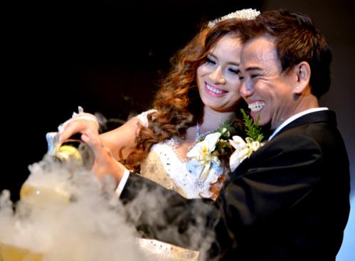 Cô dâu, chú rể chung tay rót rượu mừng trong hôn lễ.