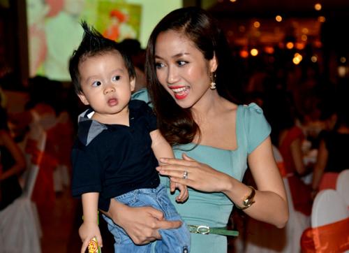 Ốc Thanh Vân bế con trai Coca đi dự tiệc cưới/