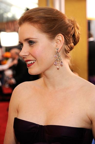 Diễn viên Amy Adams đeo đôi khuyên tai bằng pha lê.