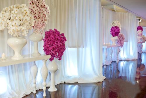 Nhiều loại hoa được sử dụng để trang trí tiệc như lan, hoa hồng, mẫu đơn... nhưng tất cả đều mang hai tông màu hồng và trắng.