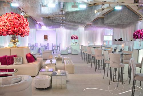 Toàn bộ không gian tiệc được phủ màu trắng, từ những chiếc rèm lụa, tới ghế ngồi...