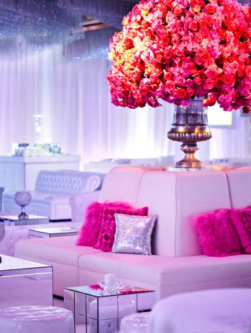 Hoa trong tiệc được thiết kế với kiểu dáng to lớn, hoành tráng, để làm điểm nhấn nổi bật trong không gian tiệc trắng.