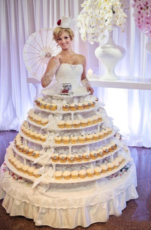 Ngoài ra, tiệc còn có một khu để bánh tráng miệng đặc biệt với cô người mẫu xinh đẹp.