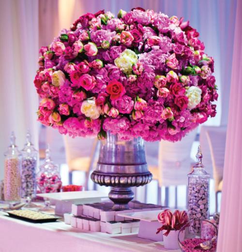Những bình hoa lớn là chi tiết trang trí độc đáo.