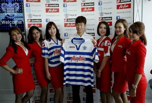 Park Ji Sung chụp ảnh với dàn PG xinh đep.