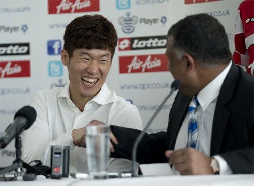 Ngôi sao Hàn Quốc cười đùa cùng chủ tịch CLB QPR