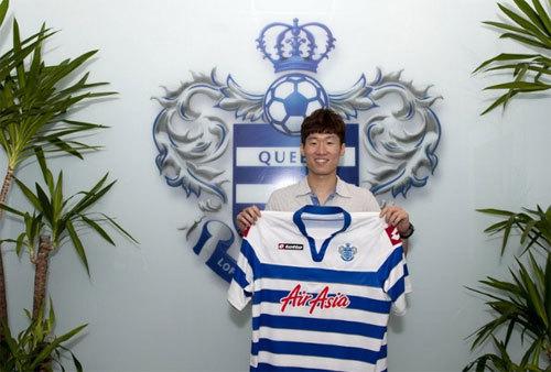 Park Ji Sung với áo sân nhà của QPR.