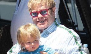 'Vợ chồng' Elton John bế con trai đi du thuyền