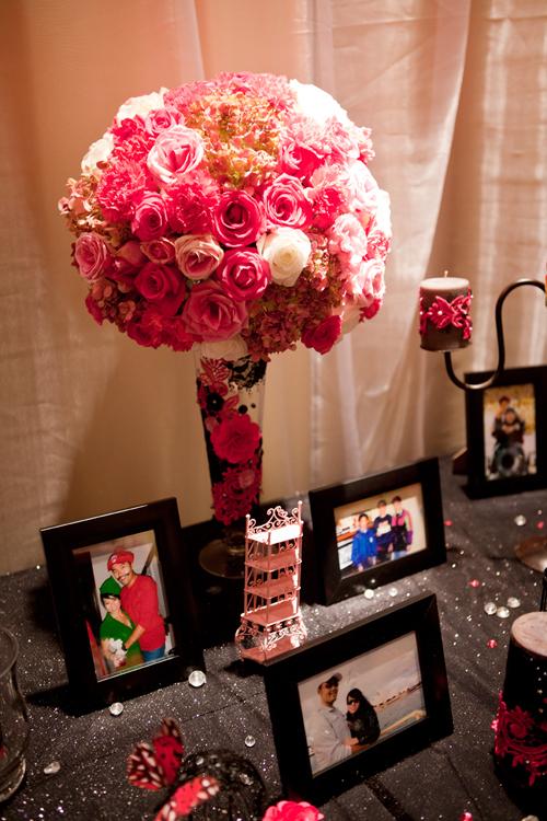 Trên bàn lưu niệm là những bình hoa lớn kết hợp cùng nến và ảnh cưới của đôi uyên ương.