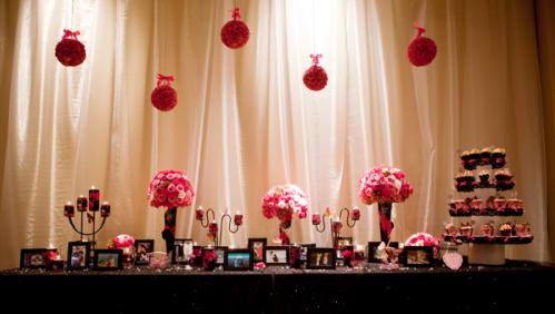 Bàn lưu niệm được đặt ngay trong sảnh tiệc, để khách mời dễ dàng chiêm ngưỡng lại những hình ảnh đẹp của cô dâu chú rể.