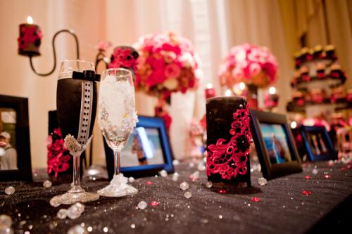 Từng chi tiết nhỏ trong tiệc đều được chú ý như hai chiếc ly khoác áo cô dâu chú rể, nến được