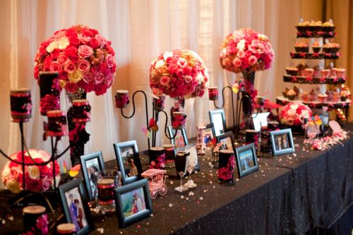 Bàn đón tiếp trang trí đơn giản, nhẹ nhàng nhưng vẫn thống nhất với sắc màu chủ đạo của tiệc cưới.