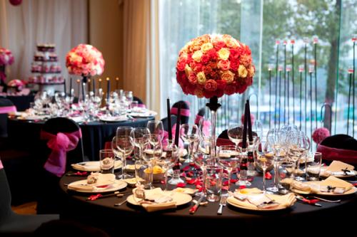Tiệc được tổ chức tại khách sạn trung tâm TP HCM với thiết kế bàn tròn xinh xắn.