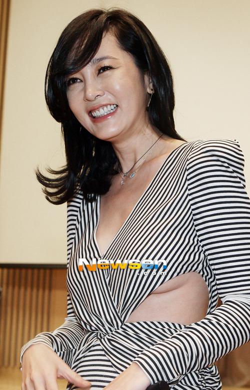 Bộ trang phục đầy gợi cảm giúp Lee Seung Yeon khoe khéo vòng một.