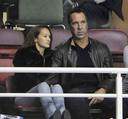 Bỏ vợ và hai đứa con chung, cựu thủ thành Arsenal dọn đồ về sống chung với người tình.