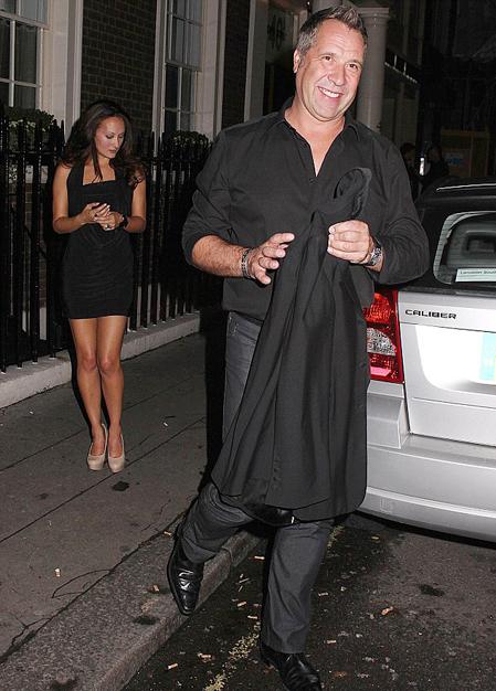 Tuần trước, David Seaman và người tình kém 11 tuổi vui vẻ tận hưởng buổi tối tại một hộp đêm ở London.