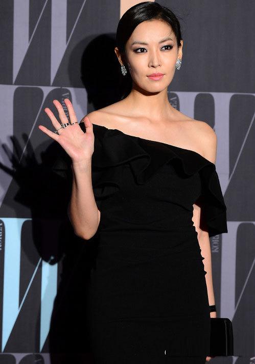 Rất lâu rồi, Kim So Yeon mới đi dự tiệc. Cô vẫn đẹp sắc sảo như ngày nào.