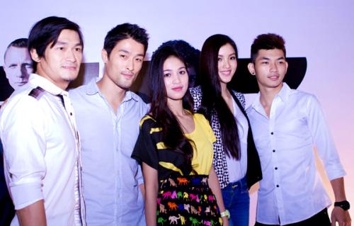 Johnny Trí Nguyễn và Nhung Kate hội ngộ người đẹp Huỳnh Bích Phương và một số bạn bè tại buổi ra mắt phim.