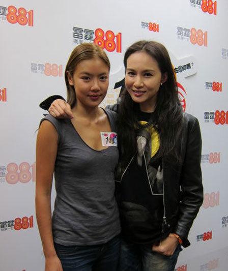 Nhạc Cơ Nhi và người dẫn chương trình trong buổi trò chuyện trên sóng radio.