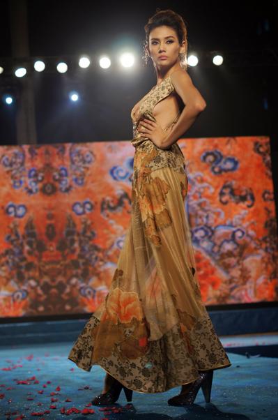 Hoàng Yến bị trật xương cách đây 1 tháng rưỡi và bác sĩ khuyên cô không nên để bàn chân hoạt động mạnh nhưng Giải vàng Siêu mẫu Việt Nam 2008 vẫn tạo ra được những bước đi duyên dáng, hút hồn liên tục trong ba buổi biểu diễn của Tuần lễ thời trang Việt Nam.