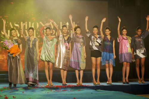 Dàn người mẫu vẫy chào khép lại chương trìnhVietnam Fashion Week 2012 vào tối 8/12 vừa qua.