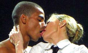 Madonna đắm đuối hôn bồ trẻ trên sân khấu