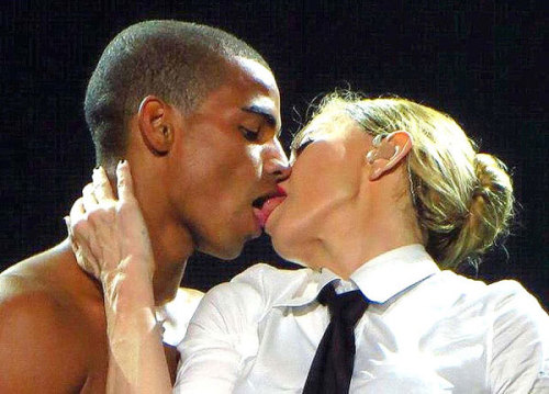 Madonna khóa môi người tình trẻ.