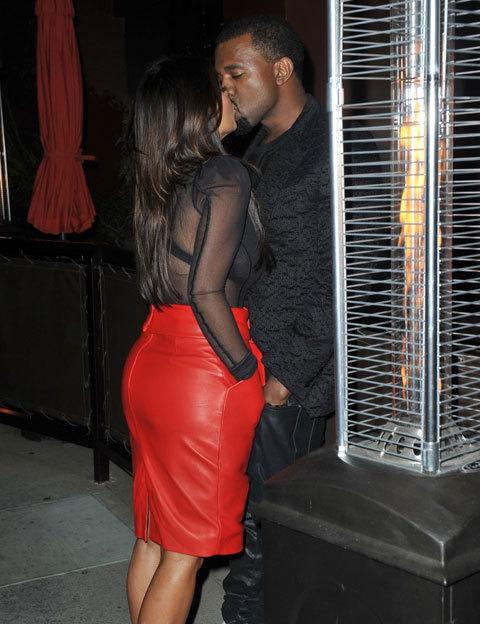 Cặp đôi trao nụ hôn nóng bỏng bên ngoài nhà hàng ở Beverly Hills, Los Angeles vào tuần trước.