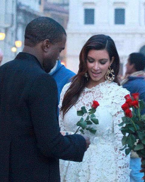 Kanye West bất ngờ mua hoa hồng tặng người đẹp khi họ đang đi ngắm cảnh thành phố Venice, Italy.