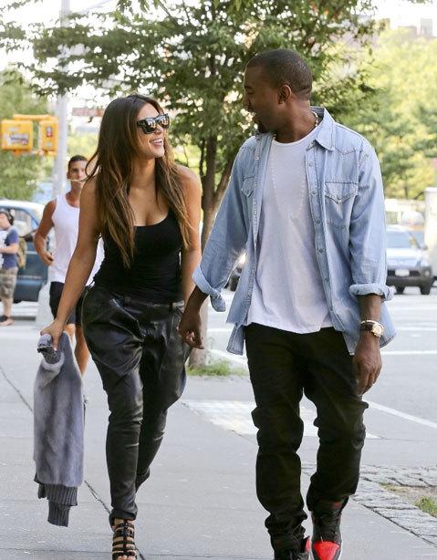 Kim Kardashian và Kanye West trò chuyện rôm rả khi đi chơi ở New York, ngày 31/8.