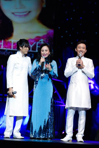 Hoài Linh và Trấn Thành được Thanh Tuyền coi như hai người con nuôi. Cả hai đã cùng đảm nhận vai trò dẫn chuyện trong liveshow tối qua để kể chính những câu chuyện cuộc đời của nữ danh ca.